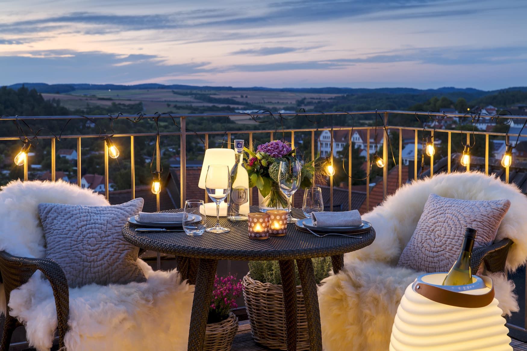 Dachterrasse mit romantischer Beleuchtung am Abend