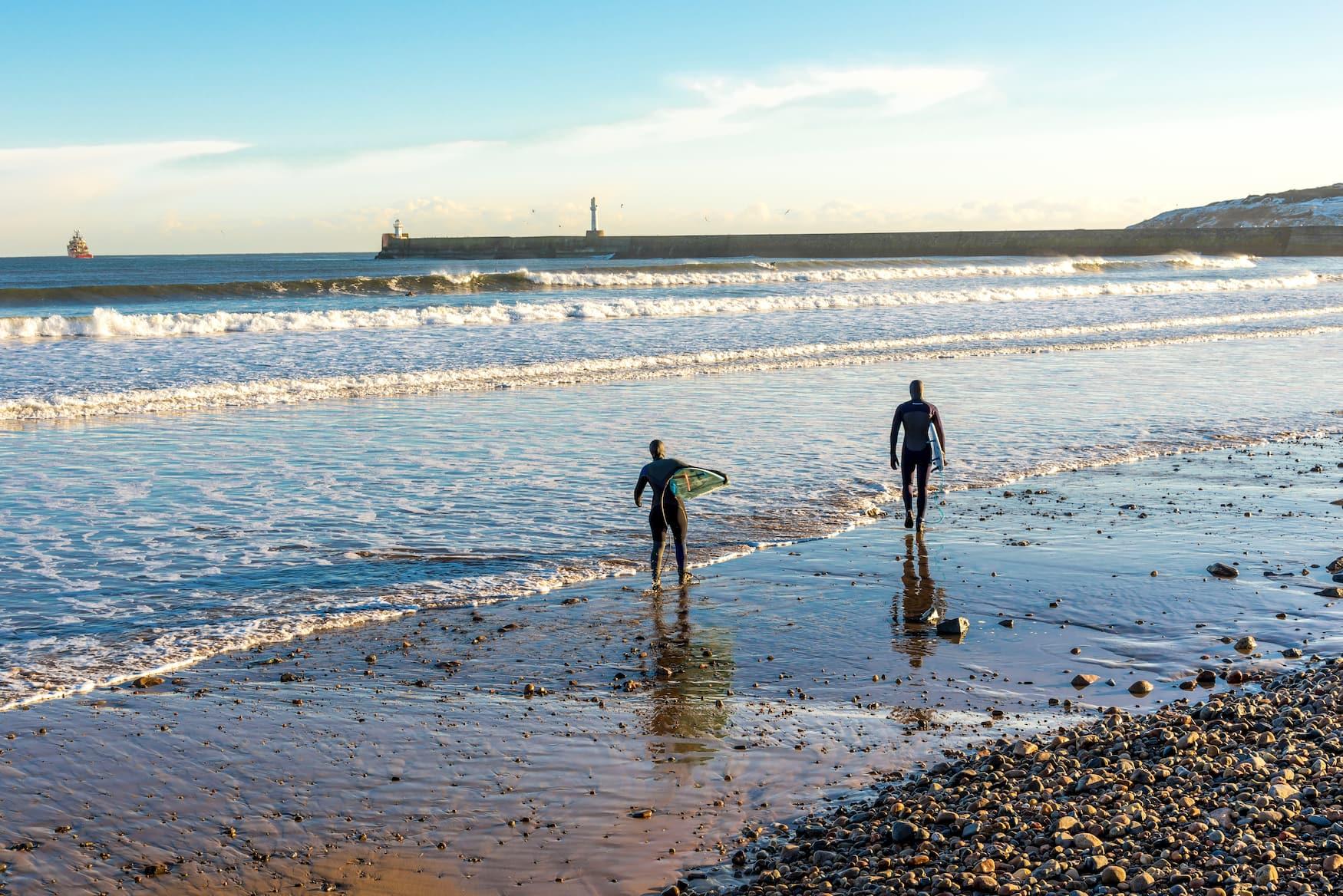 Surfer am Strand von Aberdeen in Schottland