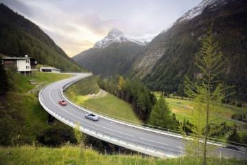Autos fahren auf der Felbertauernstraße, einer Panoramastraße durch Österreich