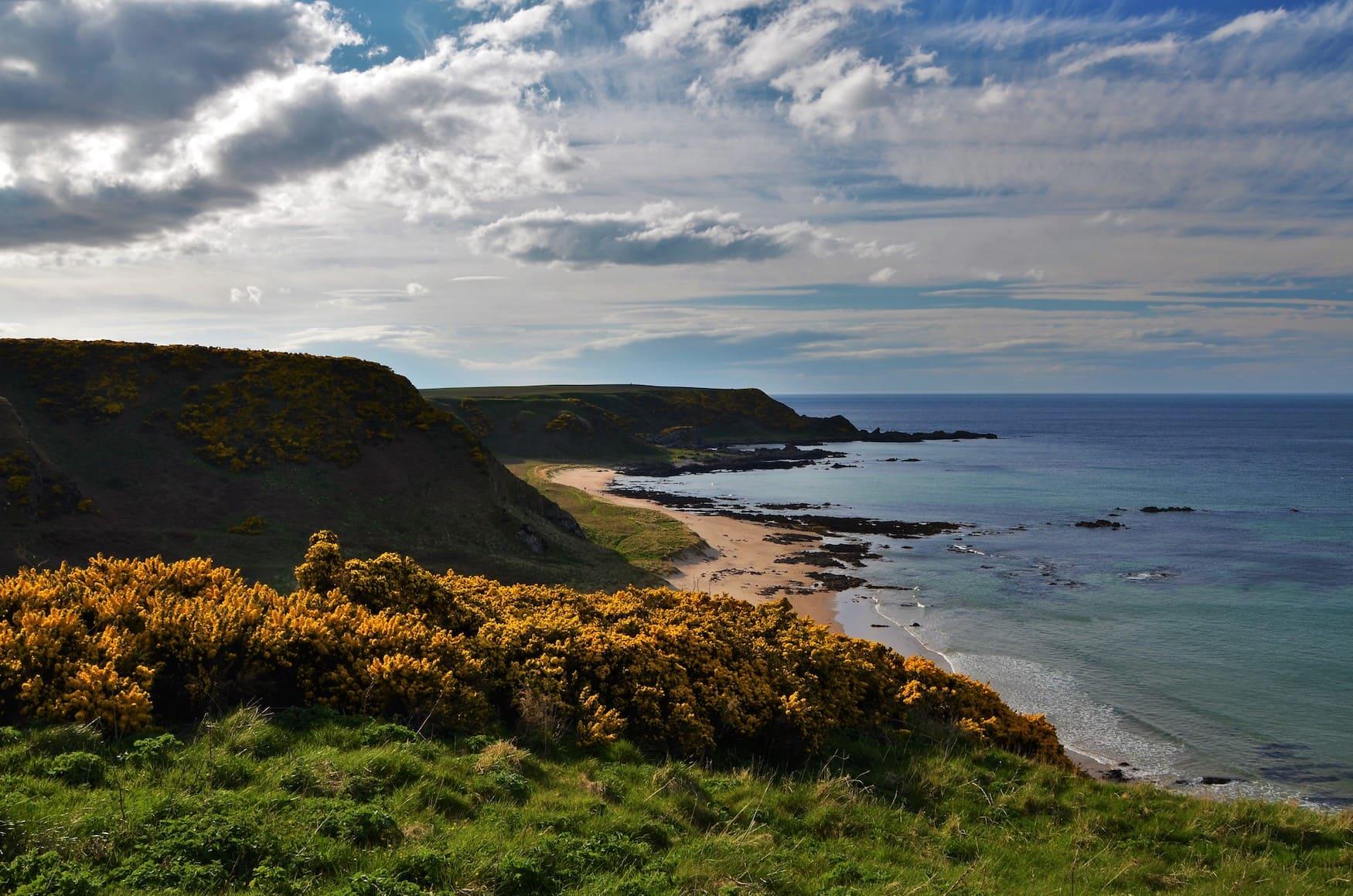 Klippen nahe Cullen Bay in Schottland