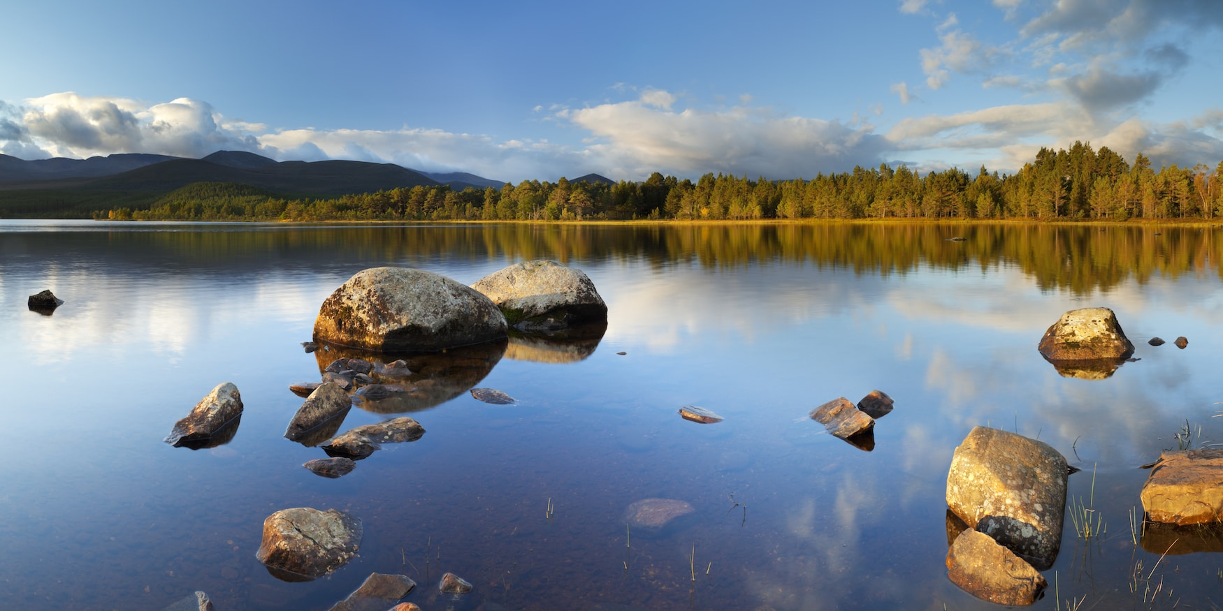 Ruhige Wasseroberfläche des Loch Morlich