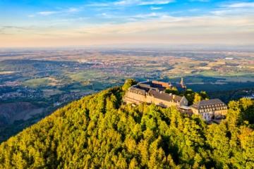 Blick auf eine Burg in den Vogesen im französischen Elsass