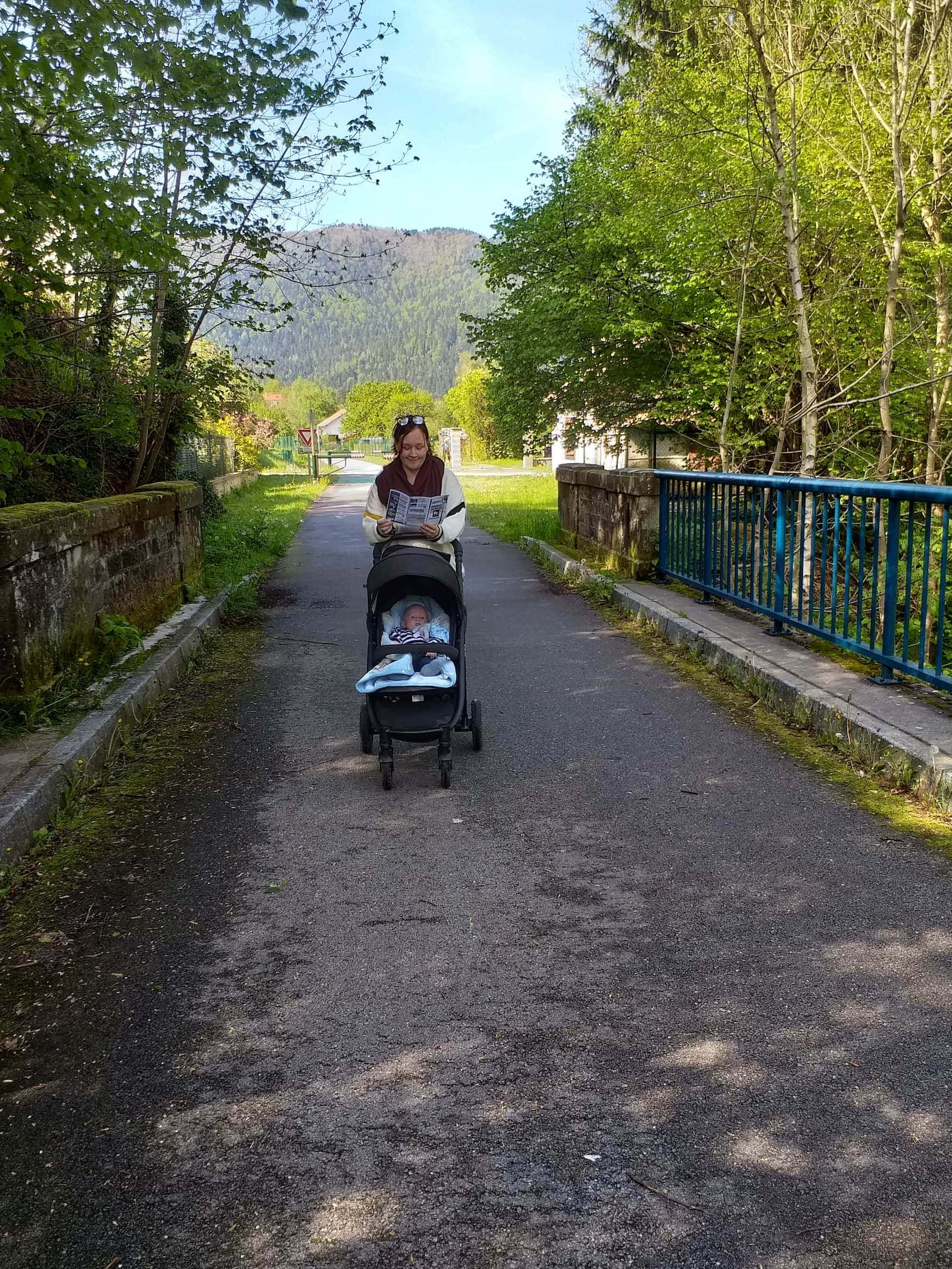 Frau spaziert mit Kinderwagen durch sie Vogesen in Frankreich