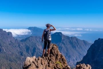 Junge Frau beim Wandern auf den Kanarischen Inseln überblickt die Landschaft an der Caldera de Taburiente auf Lanzarote