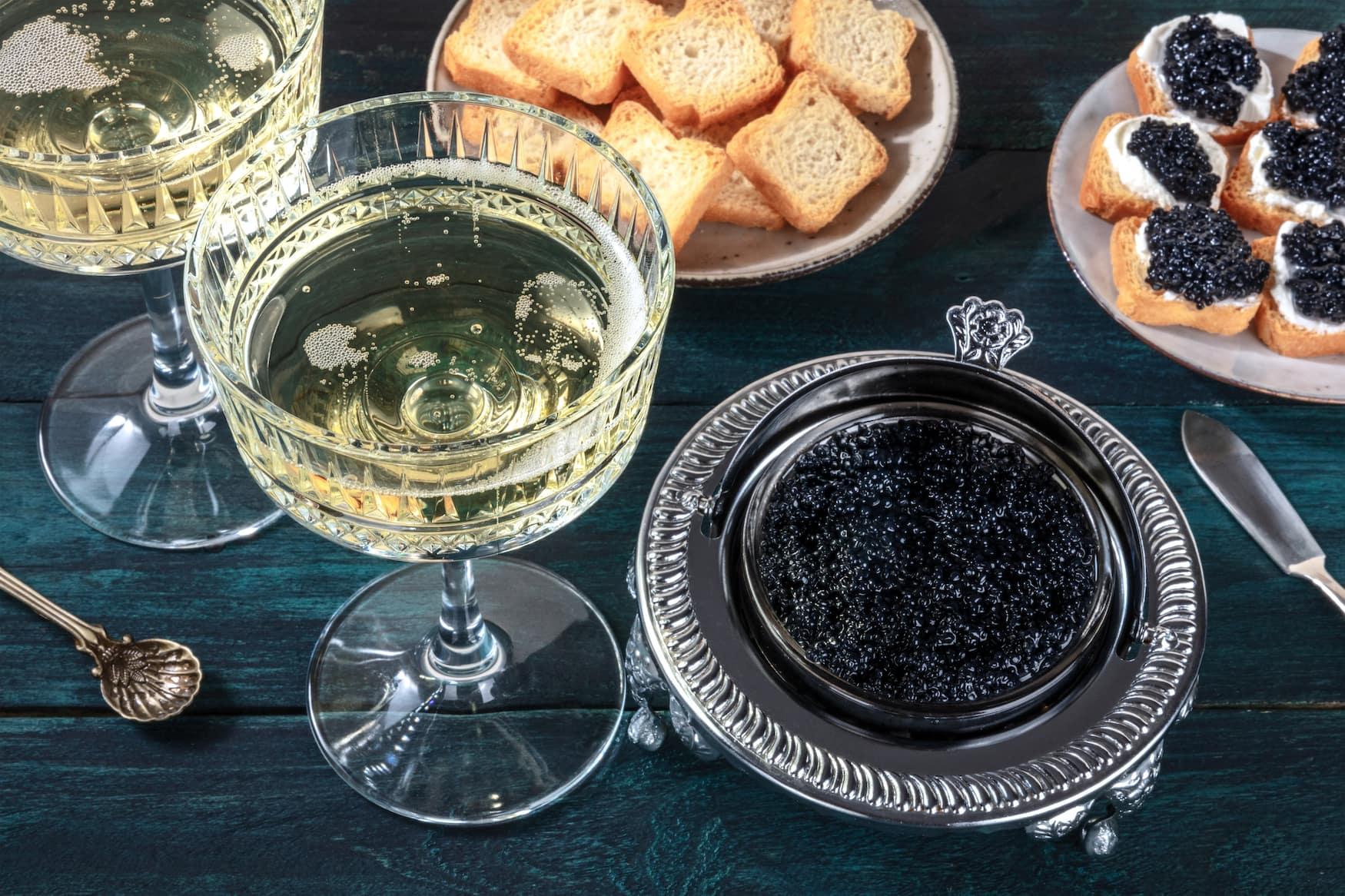 Champagner und Kaviar in einem Restaurant in St. Petersburg