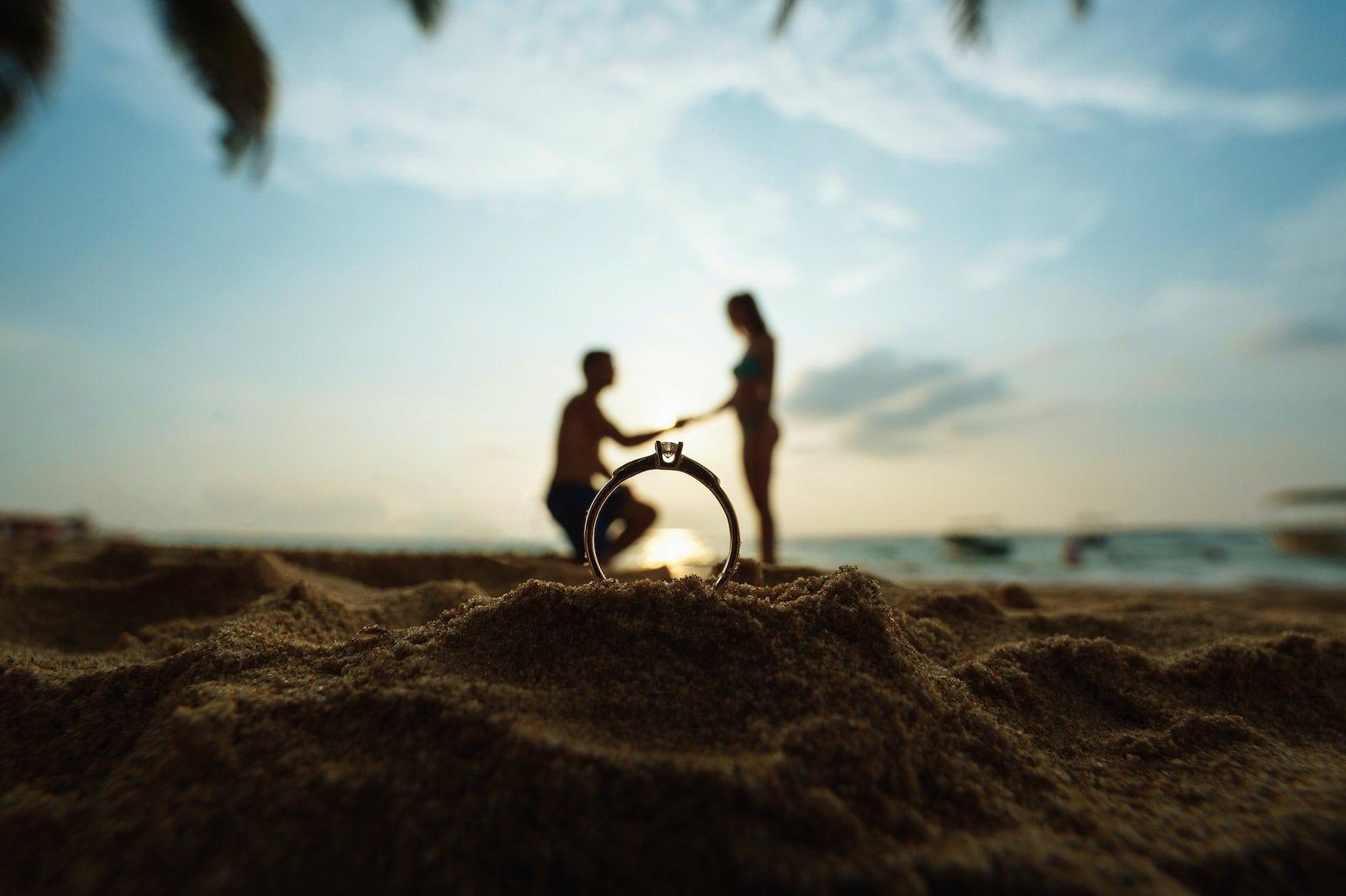 Romantischer Heiratsantrag am Strand von Fort Myers in Florida