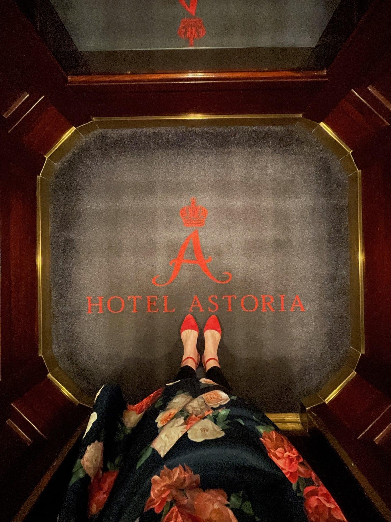 Rote Schuhe: Fotografiert im Hotel Astoria