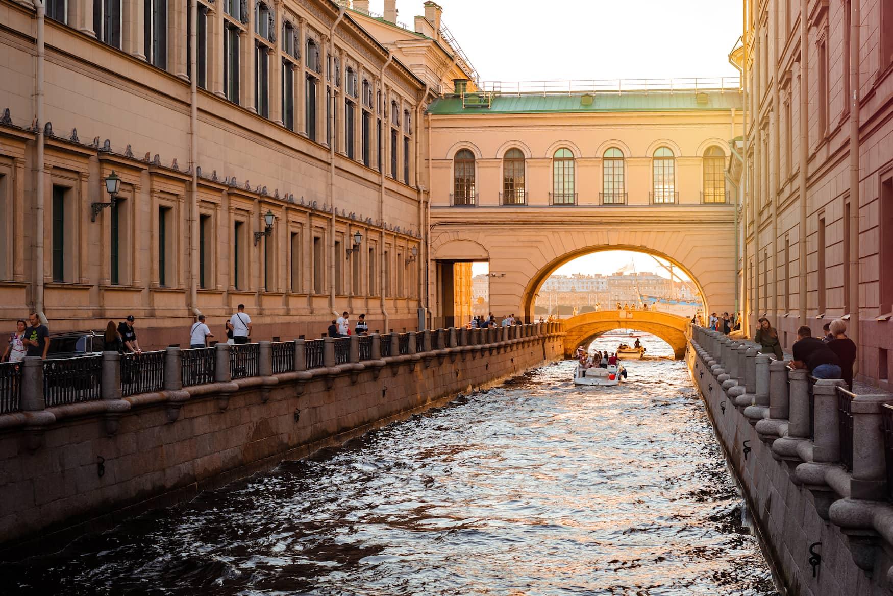 Eine Bootstour entlang der Kanäle von St. Petersburg bei Dämmerung