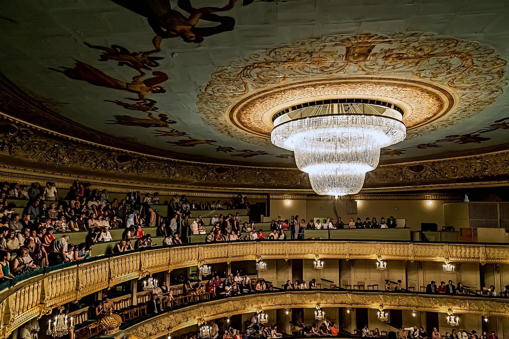 Ränge im Mariinsky Theater in St. Petersburg, einer unserer Tipps für euren Städtetrip