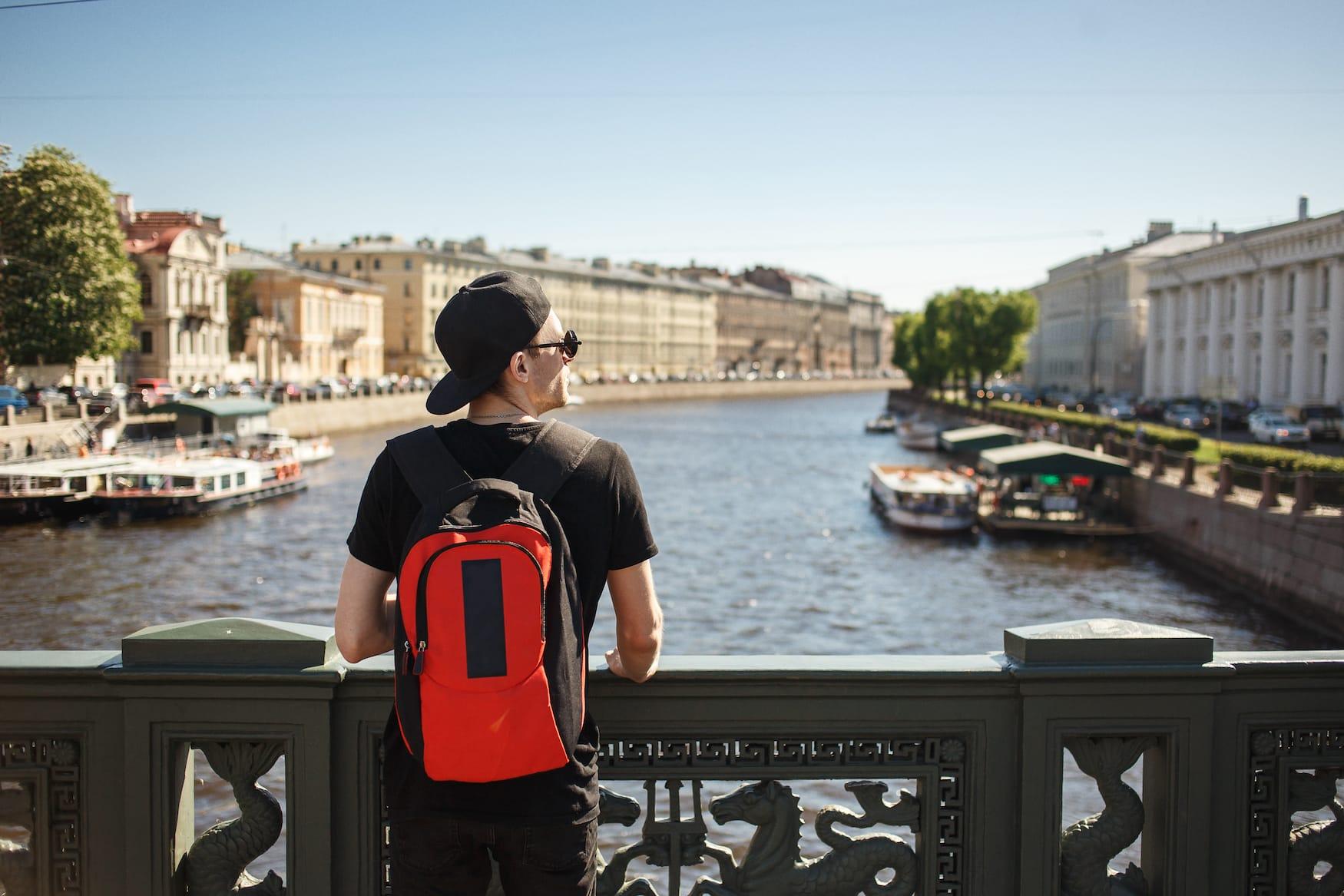 Mann mit Sonnebrille genießt St Petersburg im Sommer