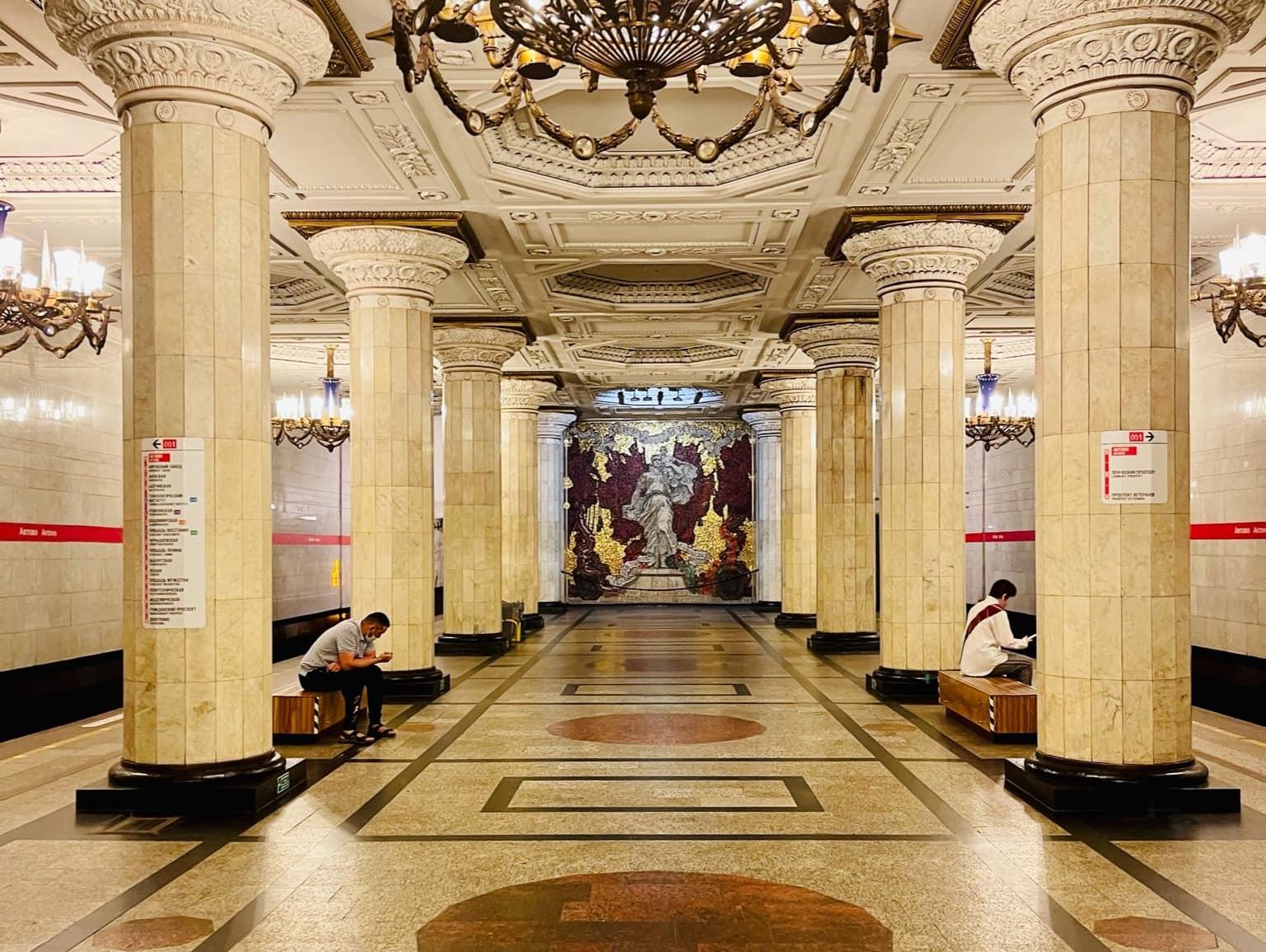 U-Bahn-Haltestelle in der russischen Stadt St. Petersburg