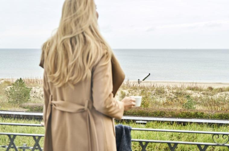 Zimmer mit Ausblick – mit einer warmen Tasse Tee im Herbst umso schöner.   Christian Perl