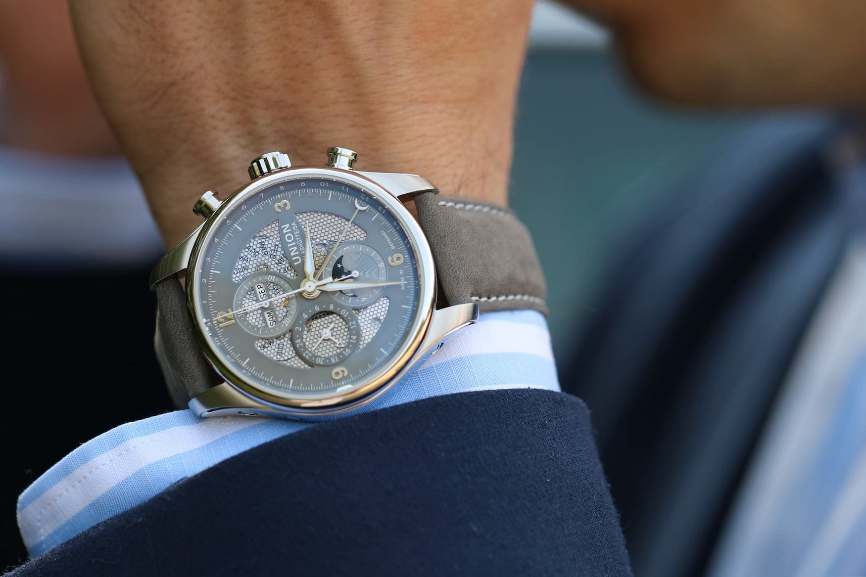 Mann trägt das Uhrenmodell Belisar Chronograph Mondphase am Armgelenk