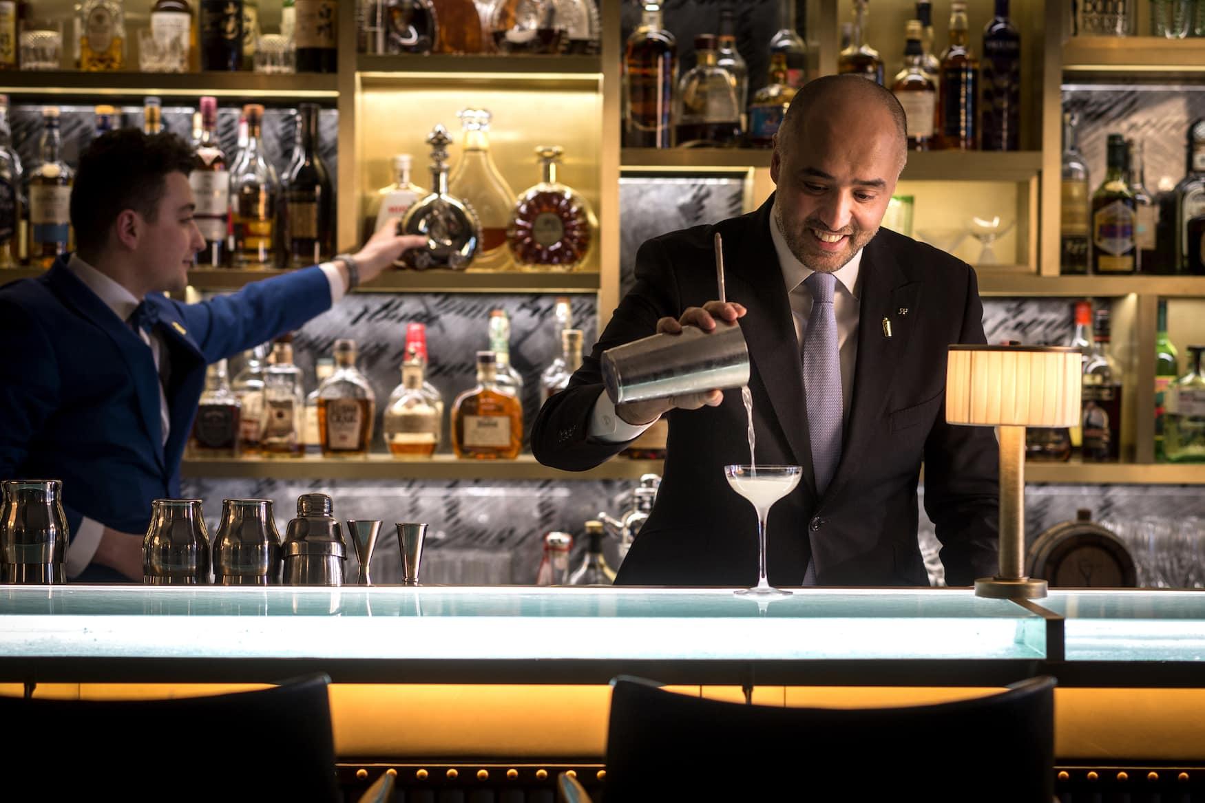 Barkeeper in der The Donovan Bar im Browns Hotel in London