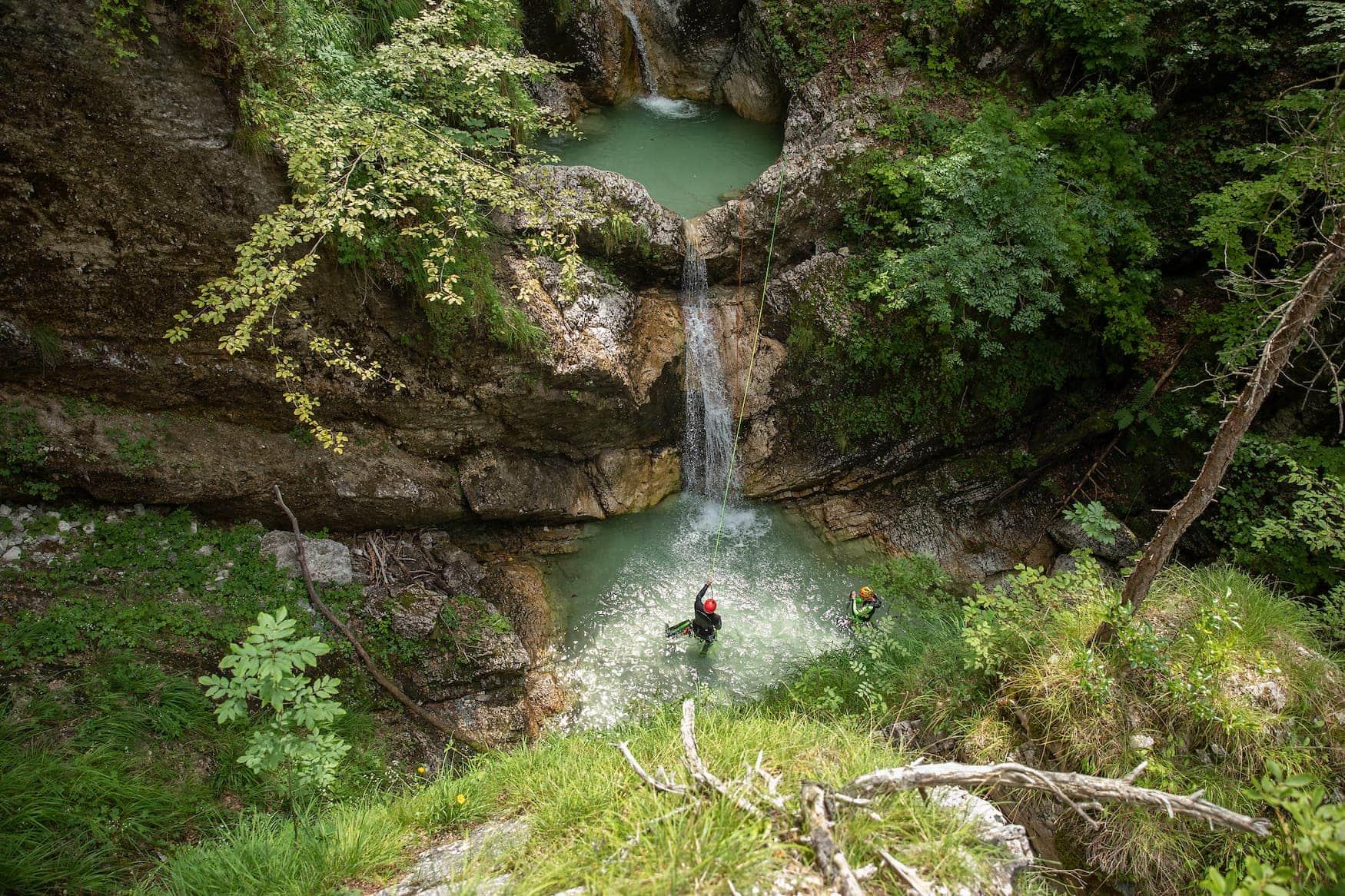 Zwei Menschen beim Canyoning in slowenischen Gewässern