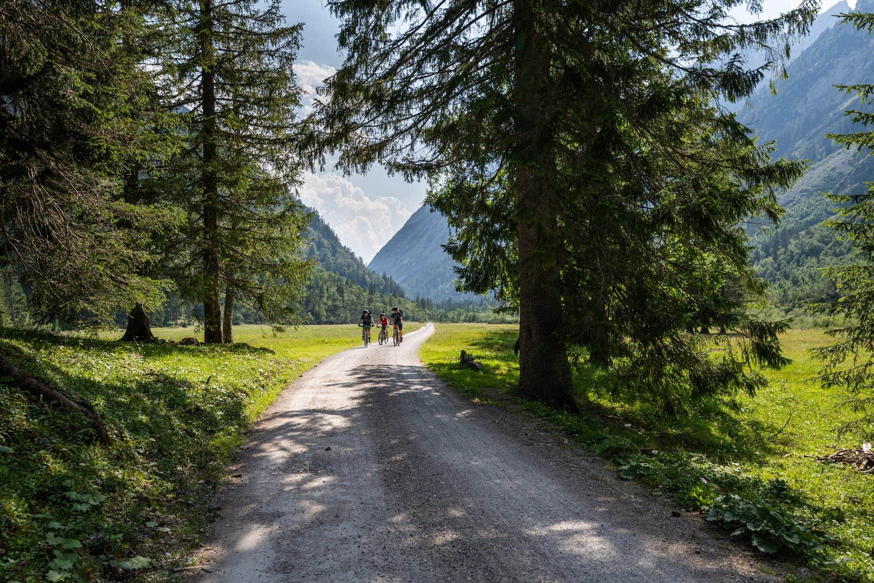 Fahrradfahrer auf Bike and Hike Tour in den Bergen