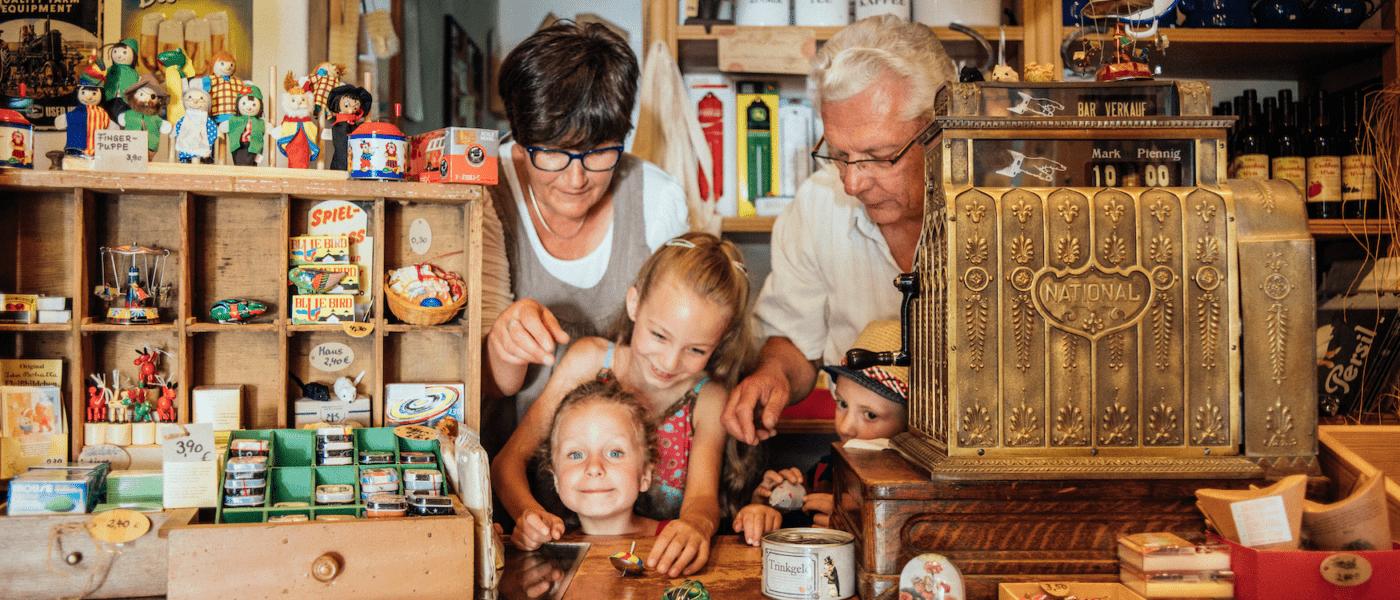 In zahlreichen Museen gibt es für Jung und Alt viel zu entdecken. Wie hier im Freilichtmuseum Klockenhagen.