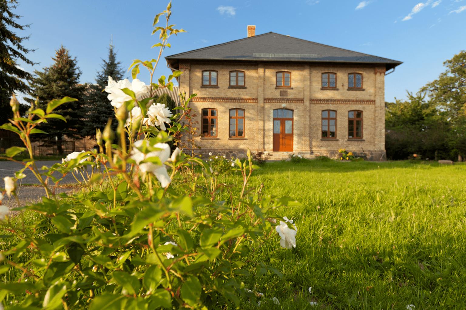 Rund um das Gutshaus Lexow werden zur Abschlussveranstaltung ortsspezifische Installationen und Außenskulpturen von sieben jungen Künstlern und Künstlerinnen zu sehen sein. | Jürgen Höfer