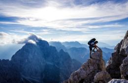 Wanderer beim Klettern in den Julischen Alpen in Slowenien
