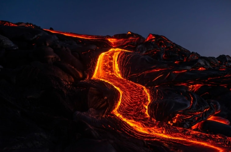 Lava fließt den Berg hinunter