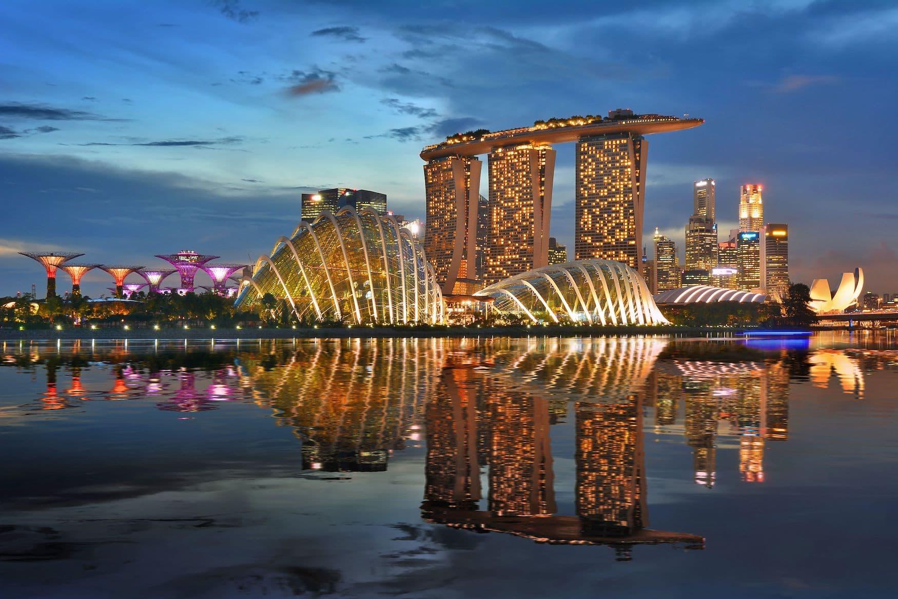Skyline Singapurs mit Blick auf die Marina Bay bei Nacht