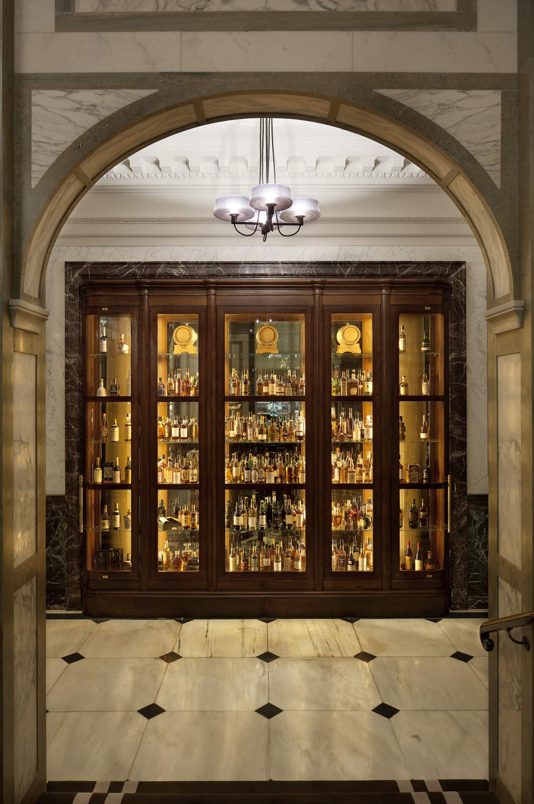 Whiskey Wall im Rosewood London