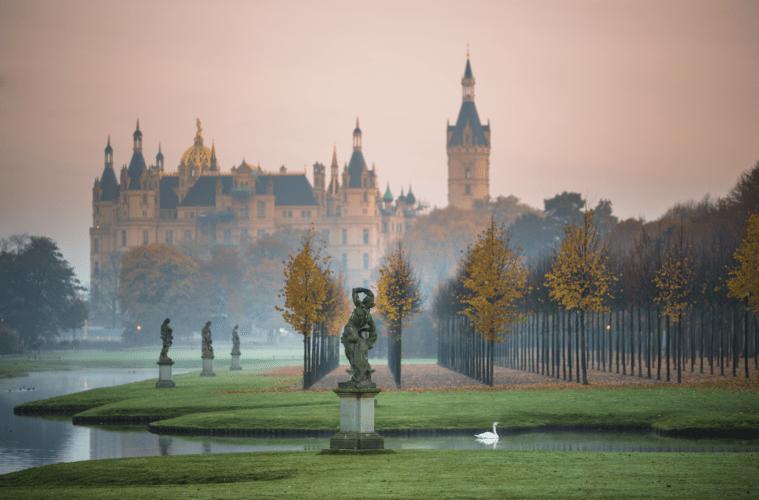 Malerischer Schlosspark mit Skulpturen im Morgennebel. | Timm Allrich