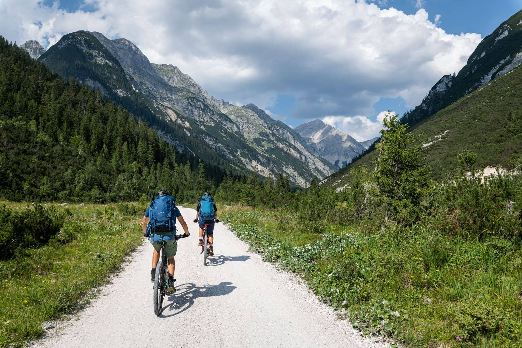 Zwei Fahrradfahrer fahren durch die Österreichischen Alpen
