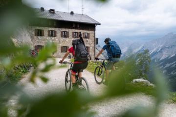 Zwei Radfahrer im Karwendelgebirge