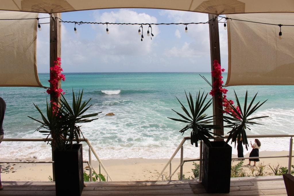 Am Indigo Beach auf Sint Maarten luncht man in toller Atmosphäre.