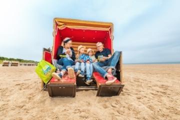 Mit Oma und Opa im Strandkorb – auch im Herbst gibt es am Strand jede Menge zu erleben.
