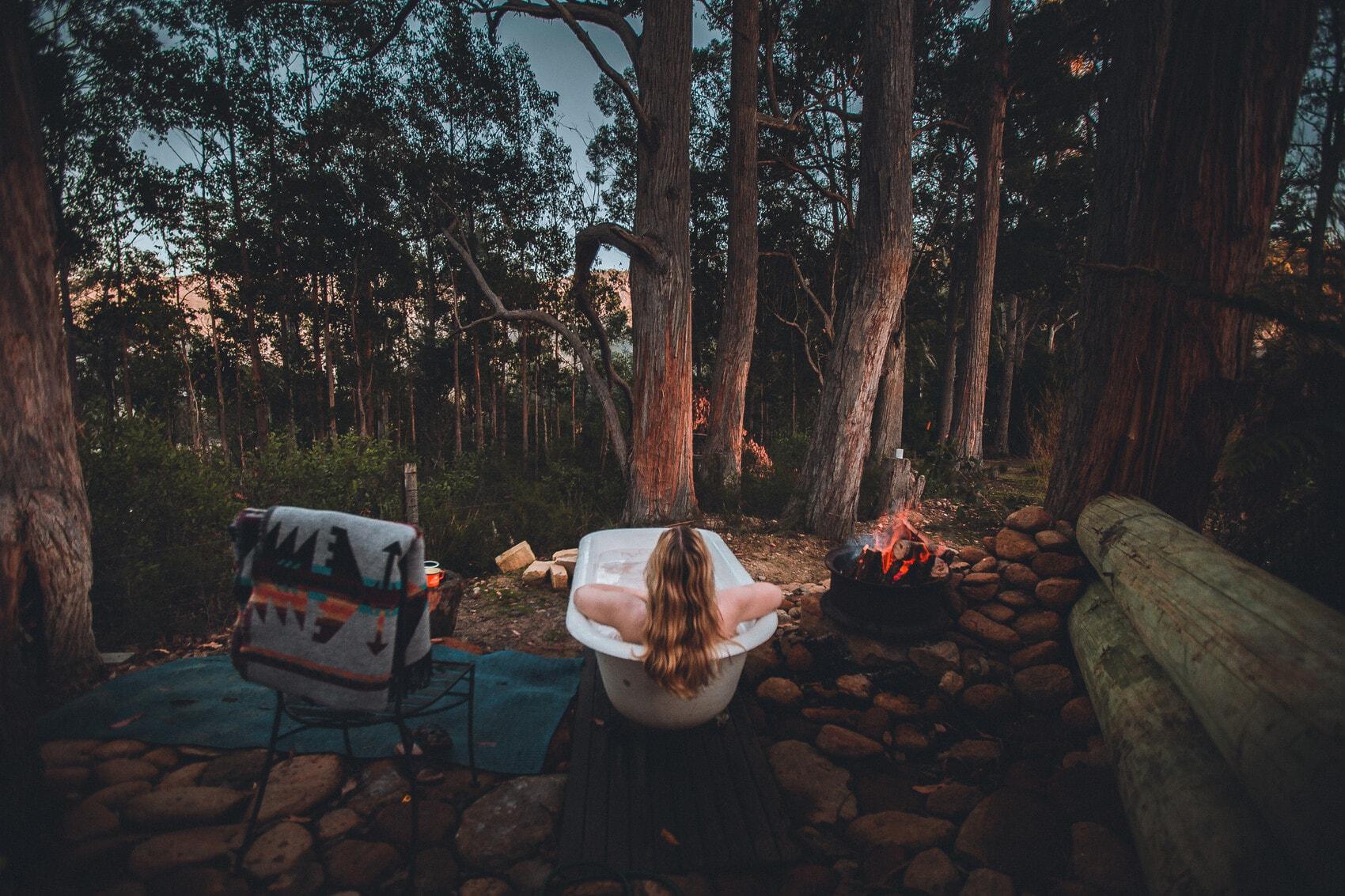 Outdoor-Badewanne im Left of field Caravan Park, Tasmanien