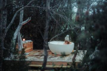 Frau im Outdoor-Pool im Pumphouse Point, Tasmanien