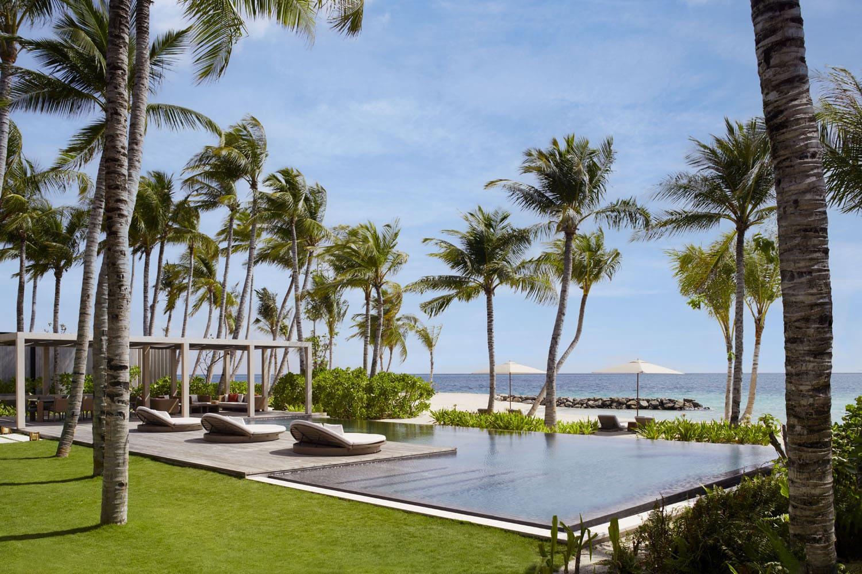 Sonnenterrasse des The Ritz-Carlton Maldives Fari Islands