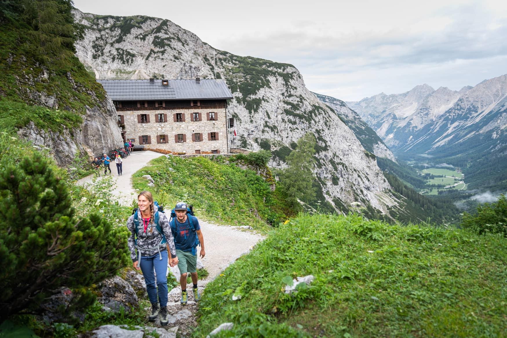Wanderer unterwegs beim Bike and Hike im Karwendelgebirge