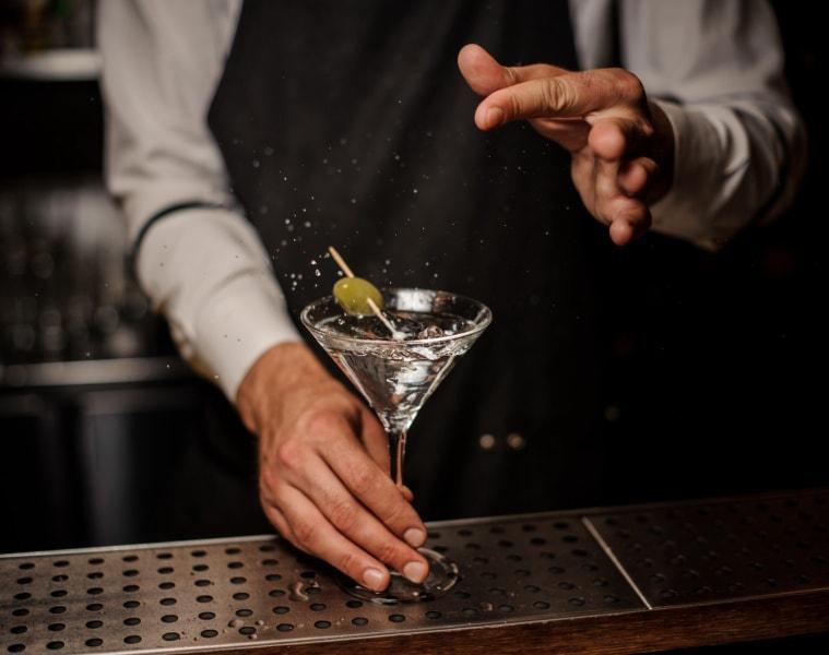 Barkeeper mischt einen Martini in einer Hotelbar