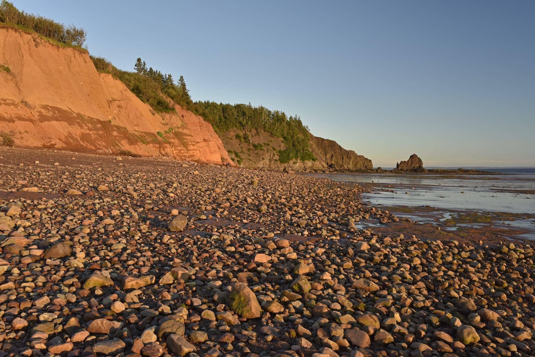 Roter Sand und Felsen an der Bay of Fundy in Kanada