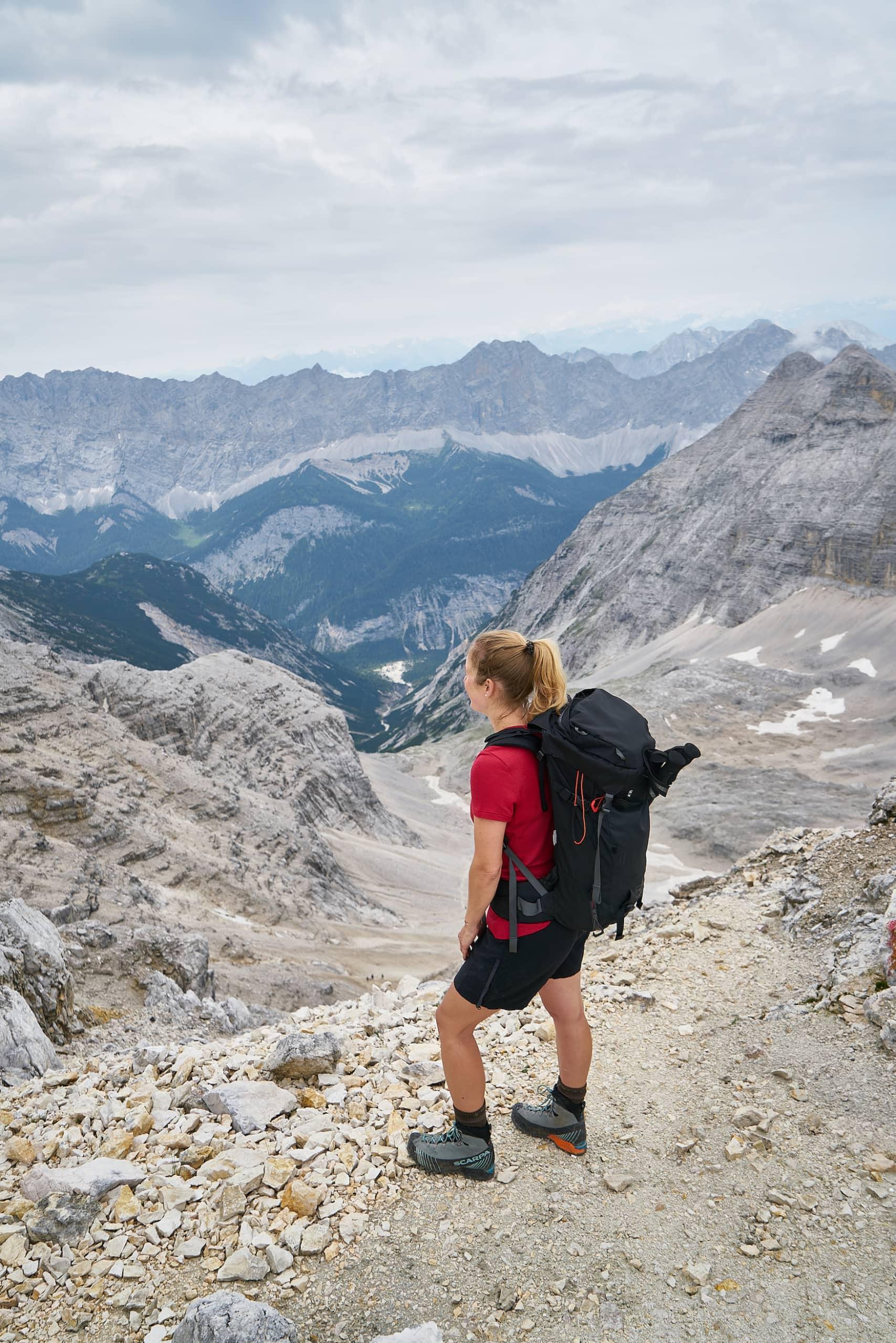 Frau hat die Spitze einer Wandertour im Karwendelgebirge erreicht