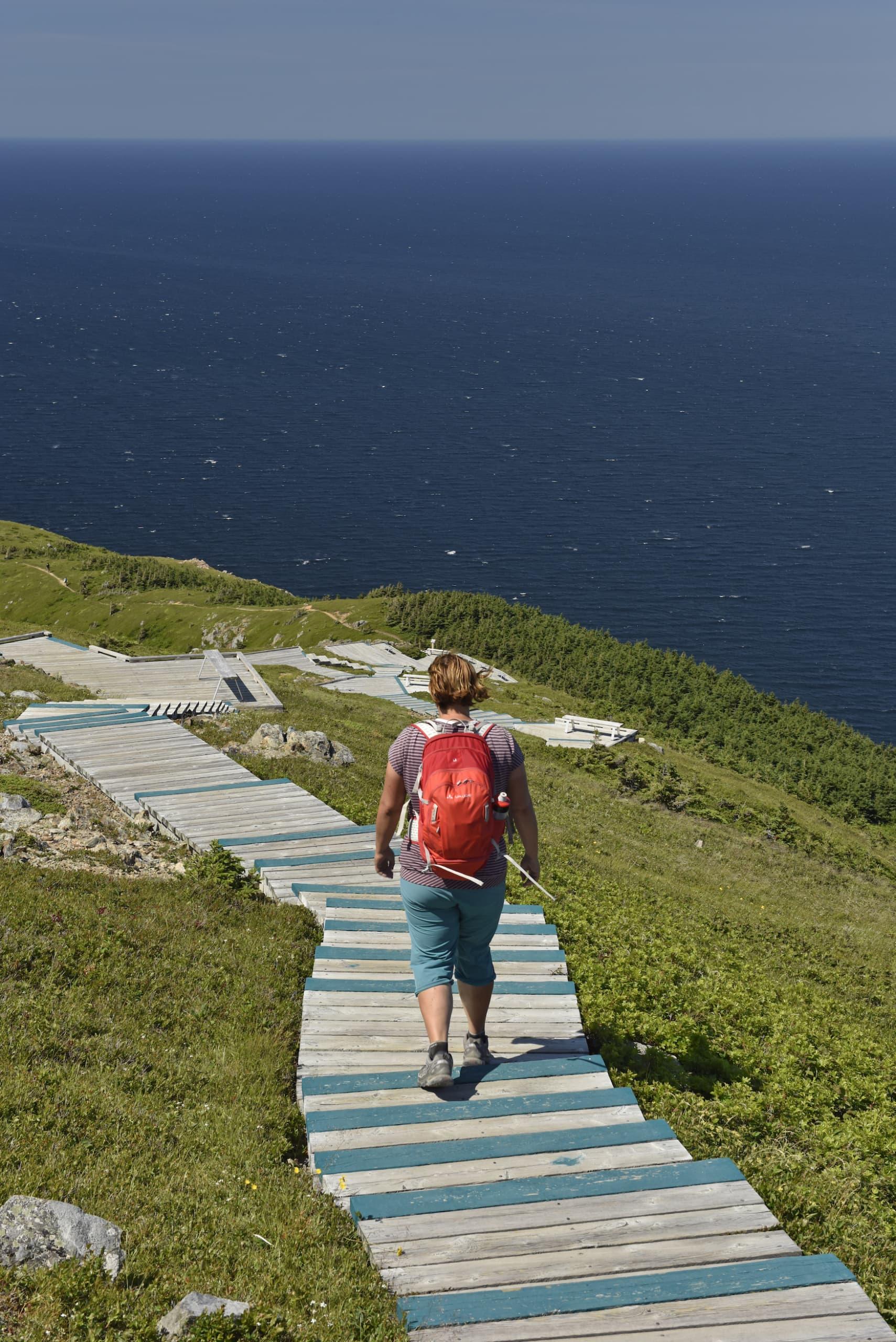Frau wandert den Cabot Trail an der Küste von Nova Scotia