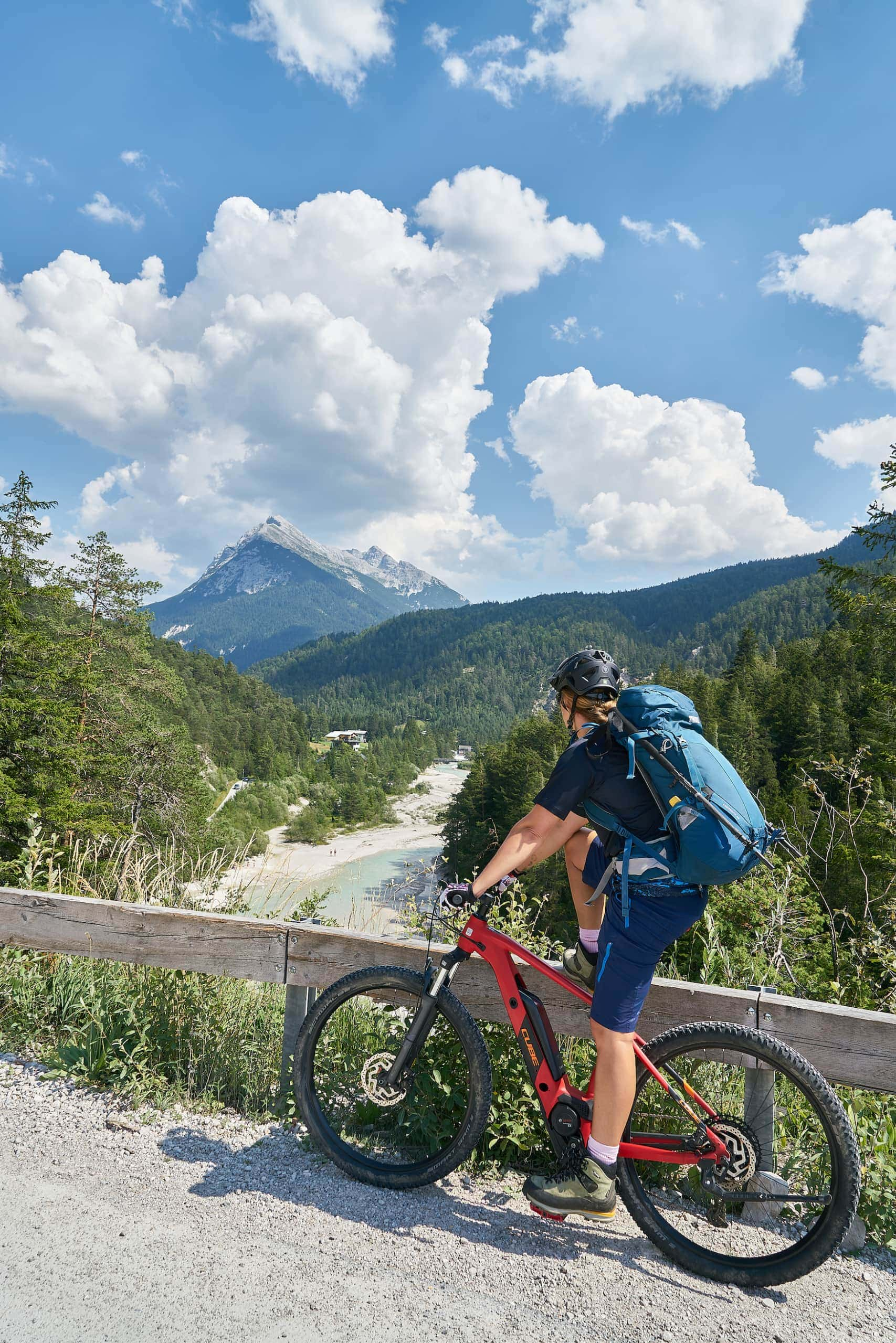 Fahrradfahrerin auf E-Bike im Karwendelgebirge in Österreich
