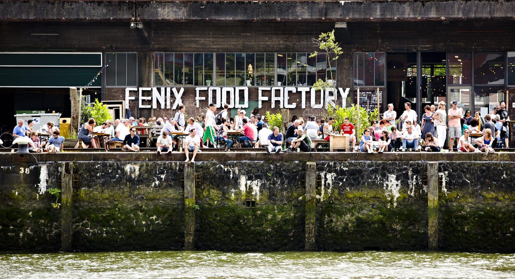 Menschen sitzen in der Fenix Food Factory in Rotterdam