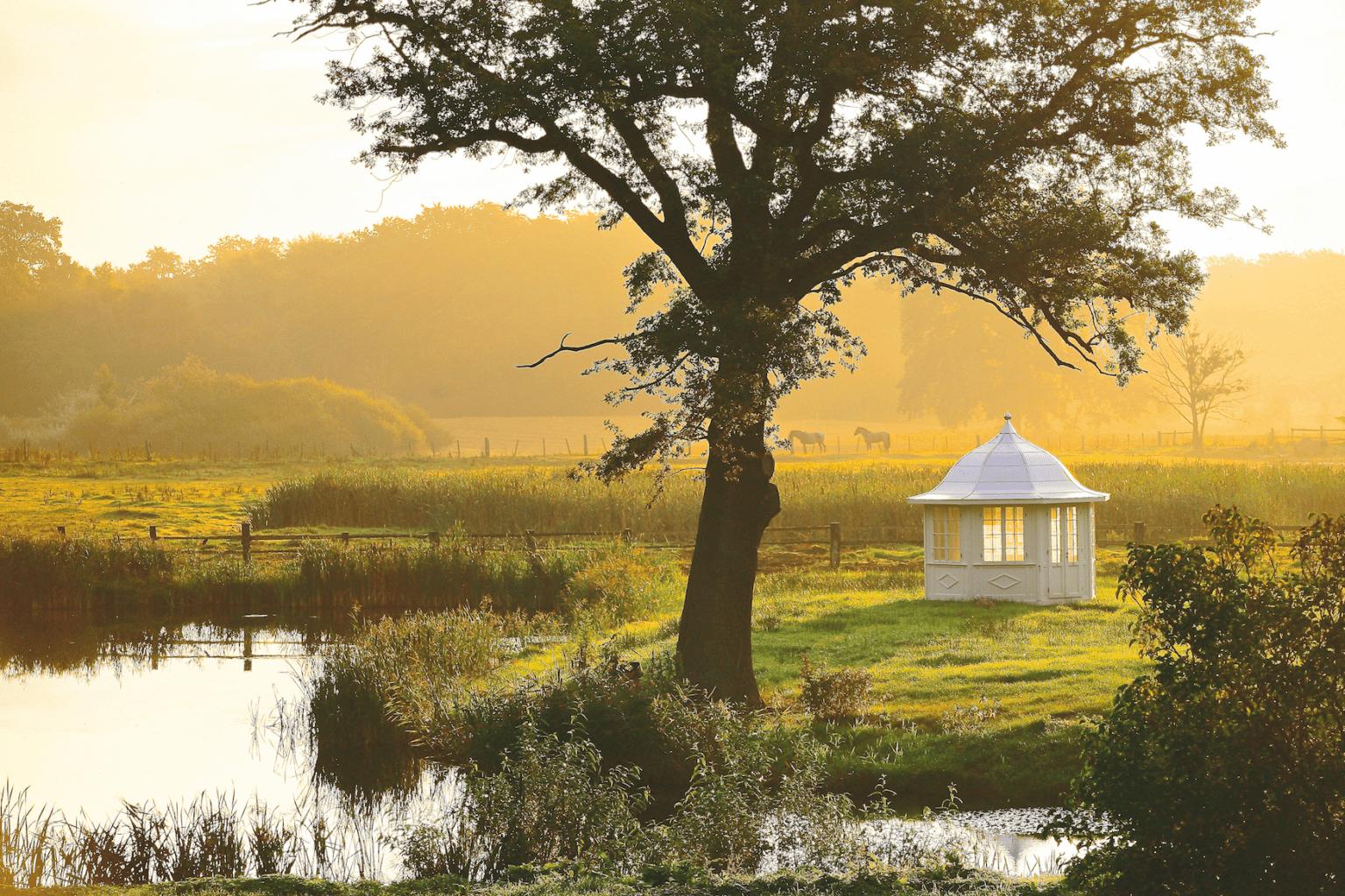 Landidylle finden Besucher in Mecklenburg-Vorpommern überall. Zahlreiche Guts- und Herrenhäuser laden im Herbst zu einem ganz besonderen Urlaub ein. | ParkLand/Oliver Hellwig