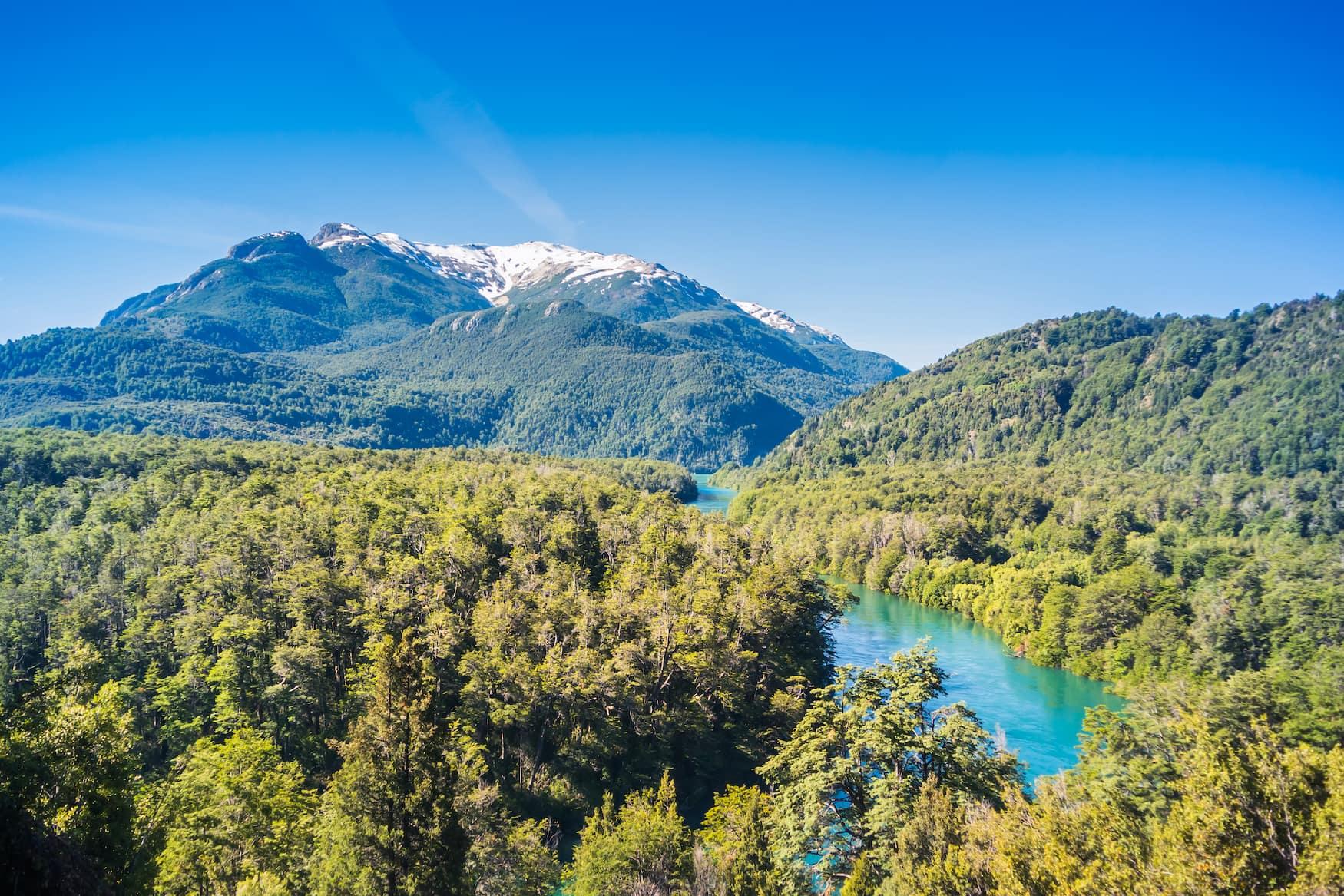 Blick auf Bergsee in Nationalpark Los Alerces in Patagonien, Argentinien