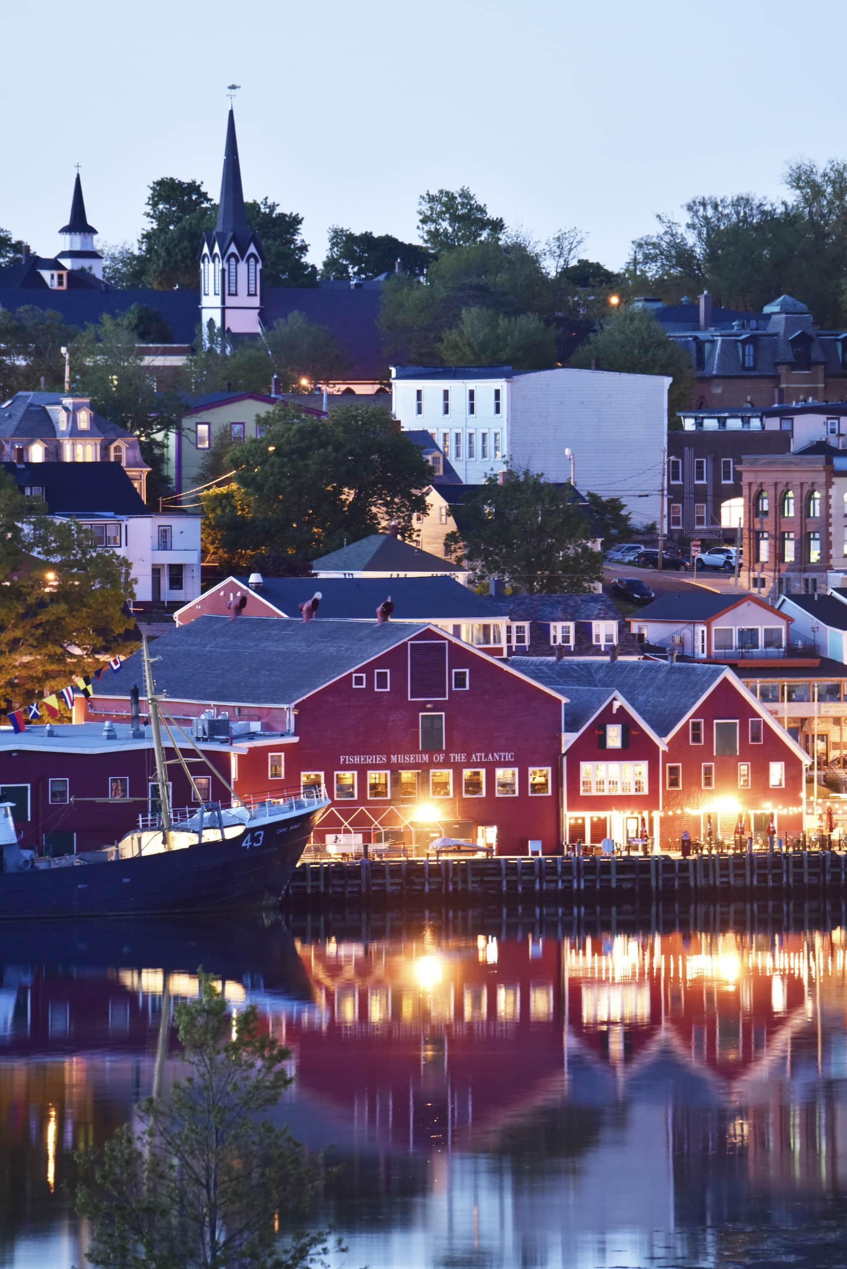 Das Städtchen Lunenburg in Nova Scotia am Abend