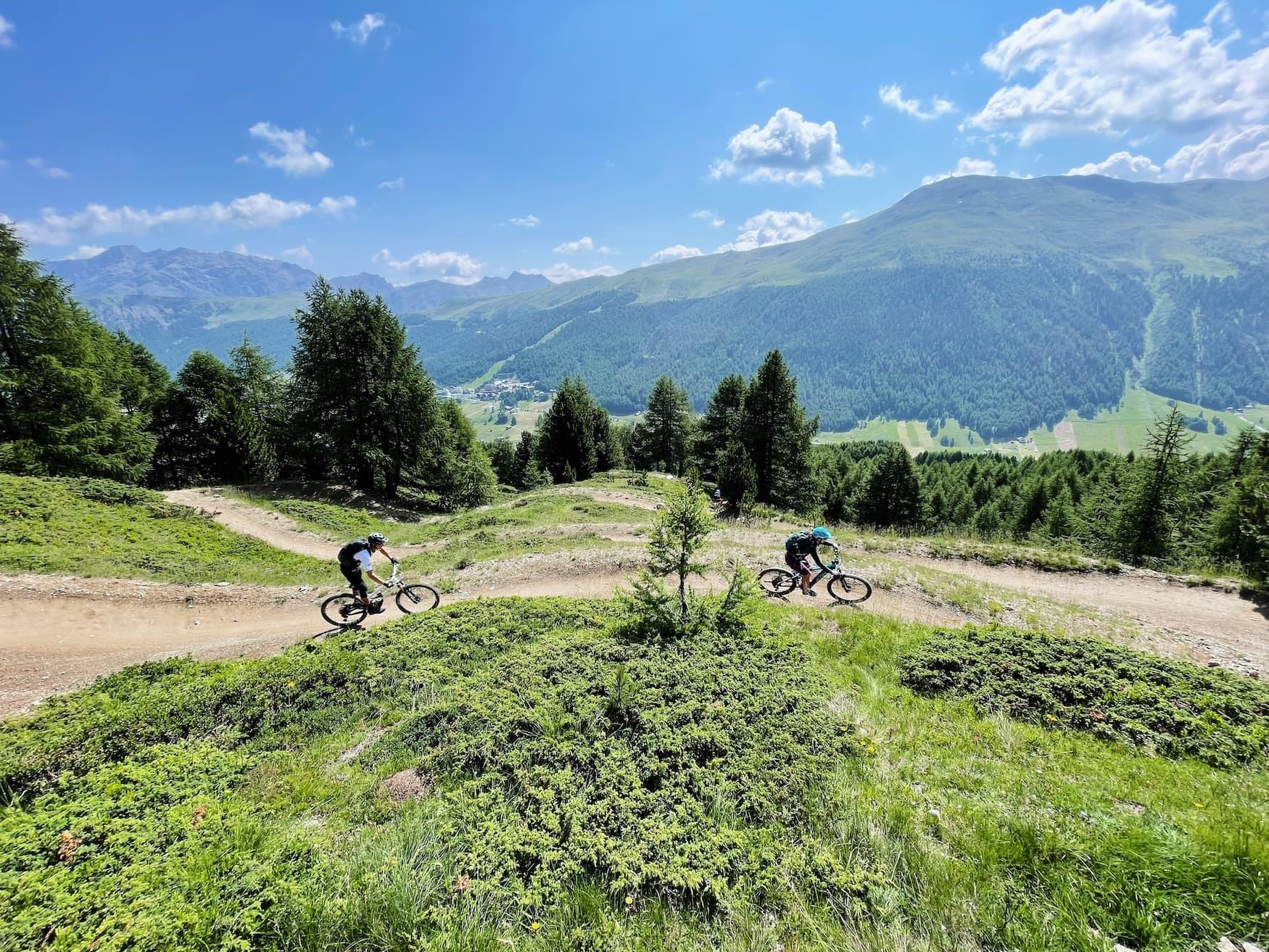 Zwei Mountainbiker unterwegs in den italienischen Alpen