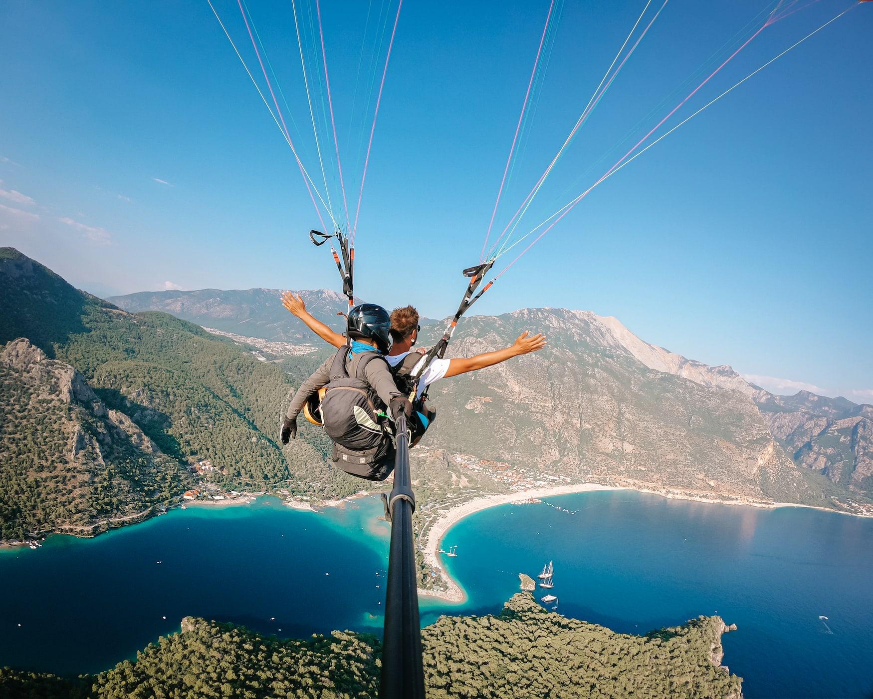 Paraglider über einem der schönen Strände in Europa: Ölüdeniz in der Türkei