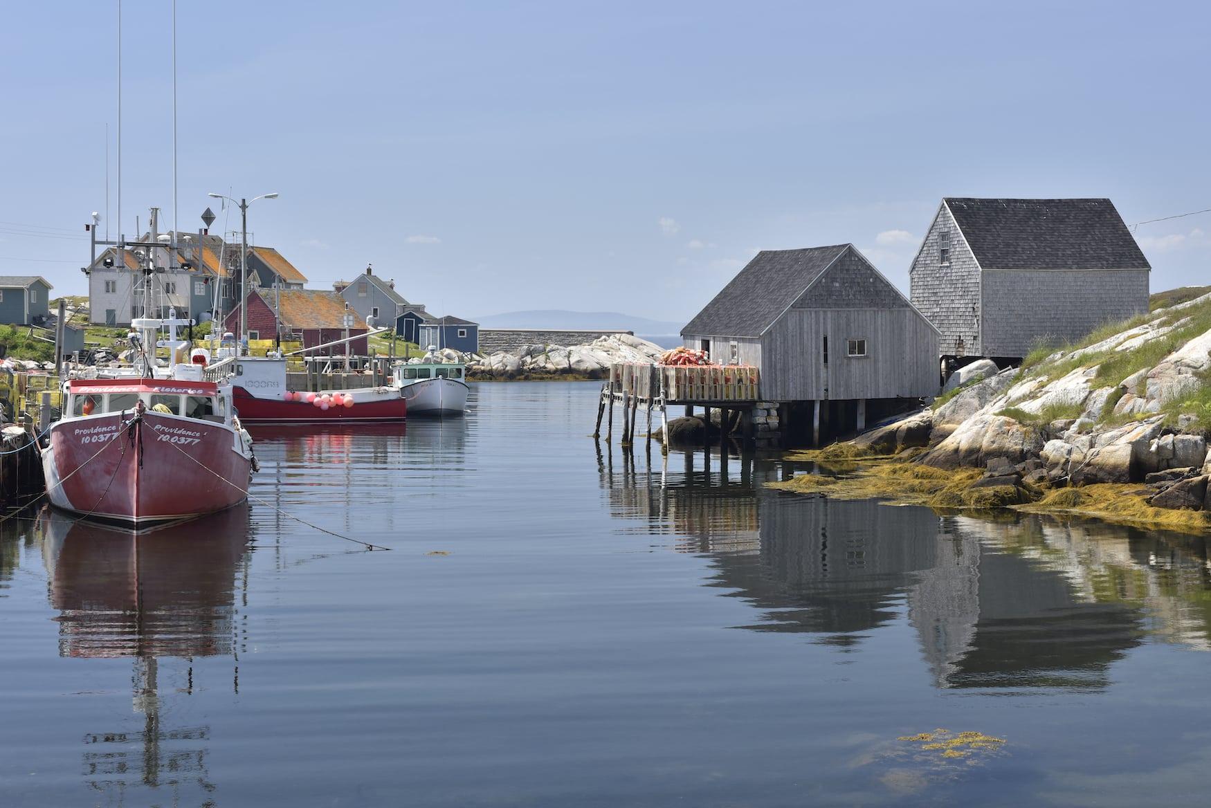 Boote im Hafen von Peggy's Cove, die man auf einem Roadtrip durch Nova Scotia besuchen sollte