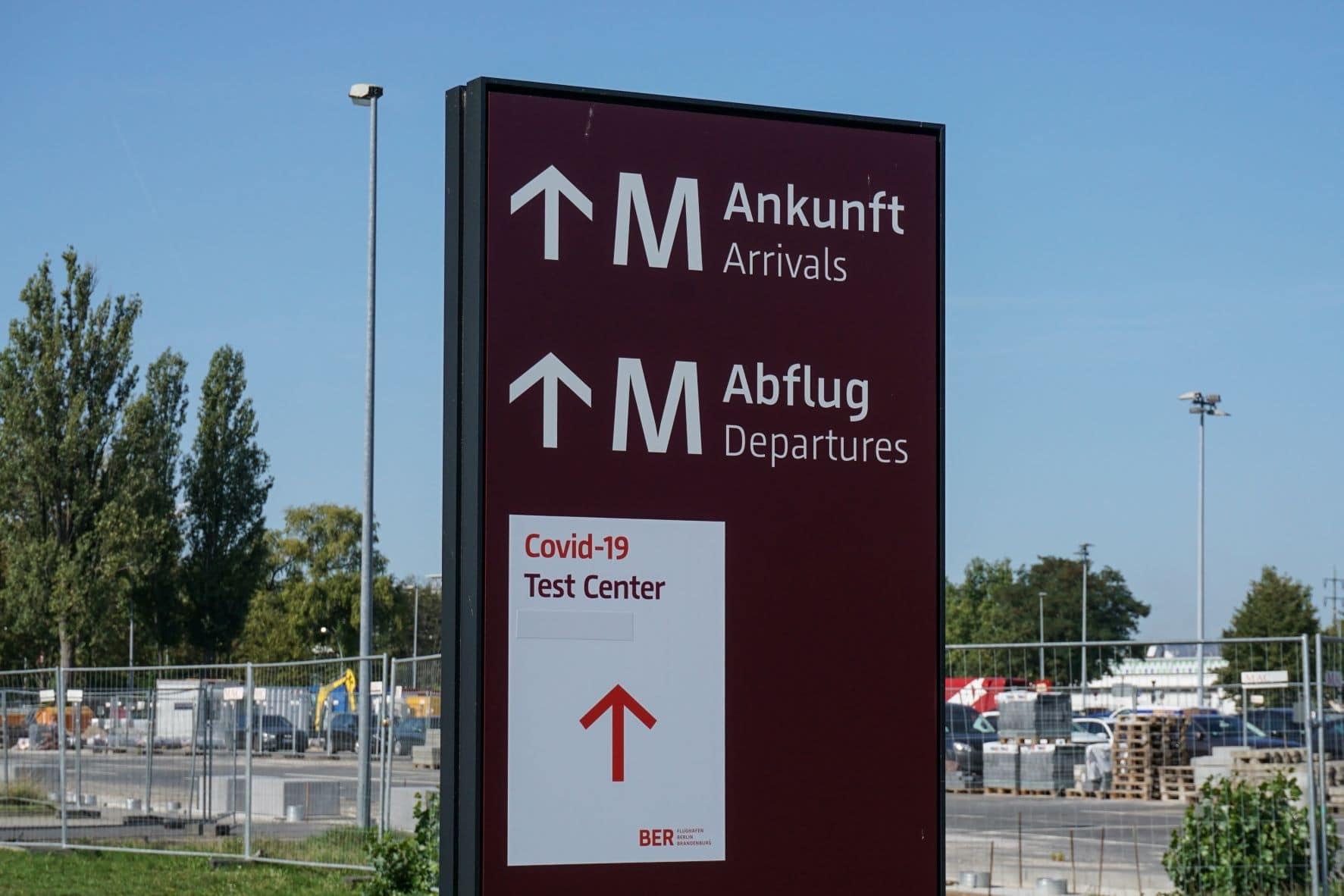 Hinweisschild am Flughafen BER in Berlin