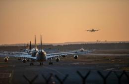 Flugzeuge auf Rollfeld am Frankfurter Flughafen