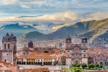Sonnenaufgang über einem Platz in Cuzco, peru